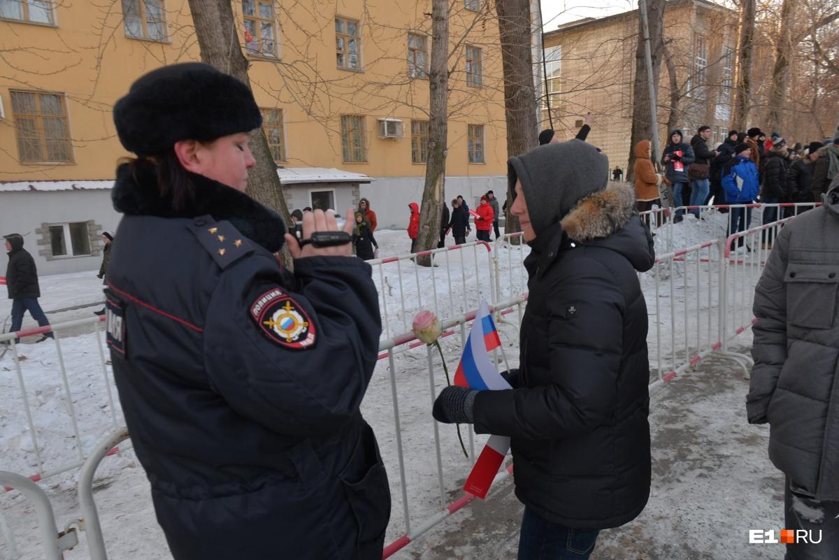 Полицейские не берут розы, которые им пытаются вручить участники забастовки