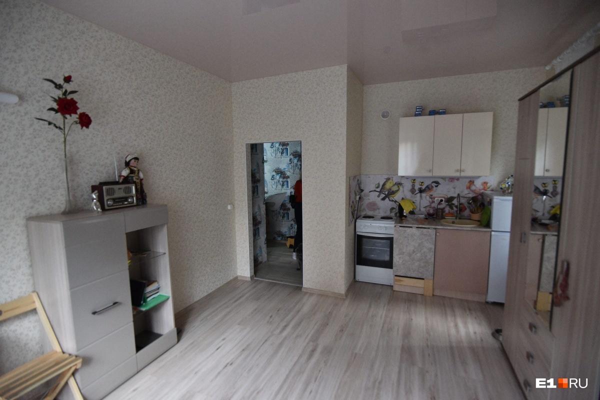 Хозяйка живет с мопсом и кошкой в небольшой, но уютной квартирке — зато в центре города