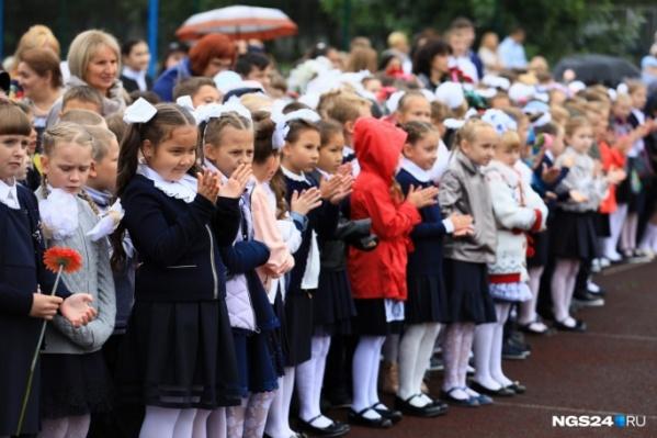 Уже три года дети не дарят цветы учителям на 1 сентября, а жертвуют деньги на благотворительность