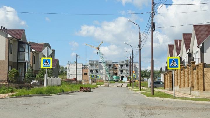 Строители ковшом пробили трубопровод в «Новалэнде» и лишили воды десятки домов по городу