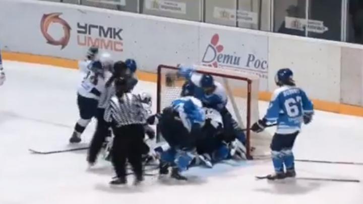 Уральские хоккеистки устроили массовую драку на льду с соперницами из Санкт-Петербурга: видео
