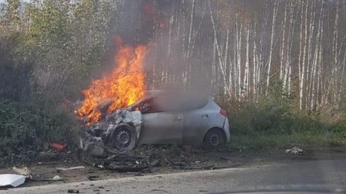 В Екатеринбурге после аварии иномарка отлетела на обочину и загорелась: публикуем видео