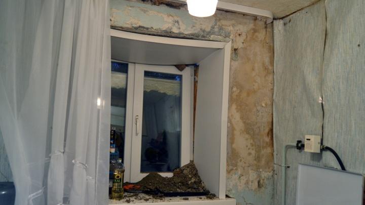 «За секунду там пробегал ребёнок»: жильцы рассказали об обрушении кладки 5-этажки в Нефтяниках