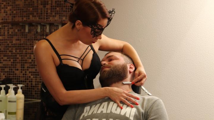 В Екатеринбурге продают салон красоты, где мужчин стригут девушки в нижнем белье