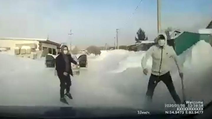 «Один с битой, другой с газовым баллончиком». Двое в масках напали на машину в Новосибирске