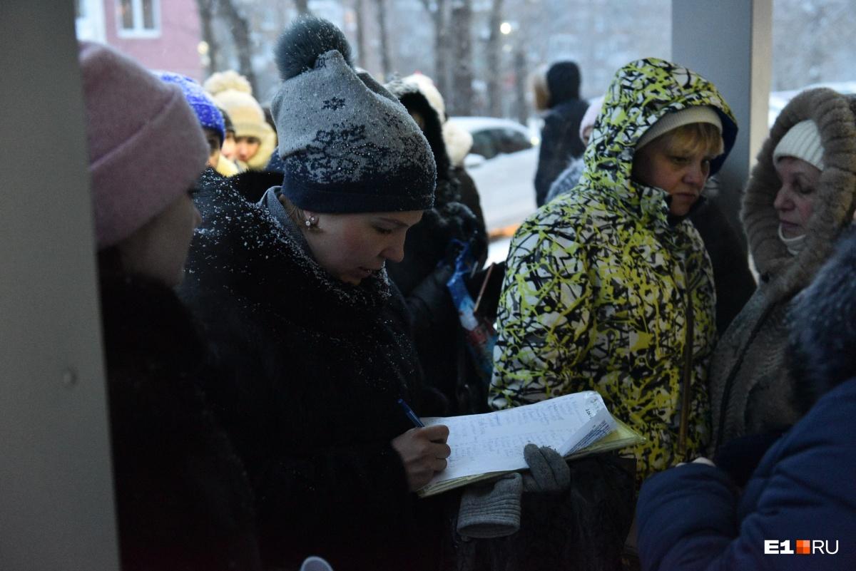 Родители утром 1 февраля пришли подавать оригиналы документов, многие из них обнаружили свои фамилии в конце списков
