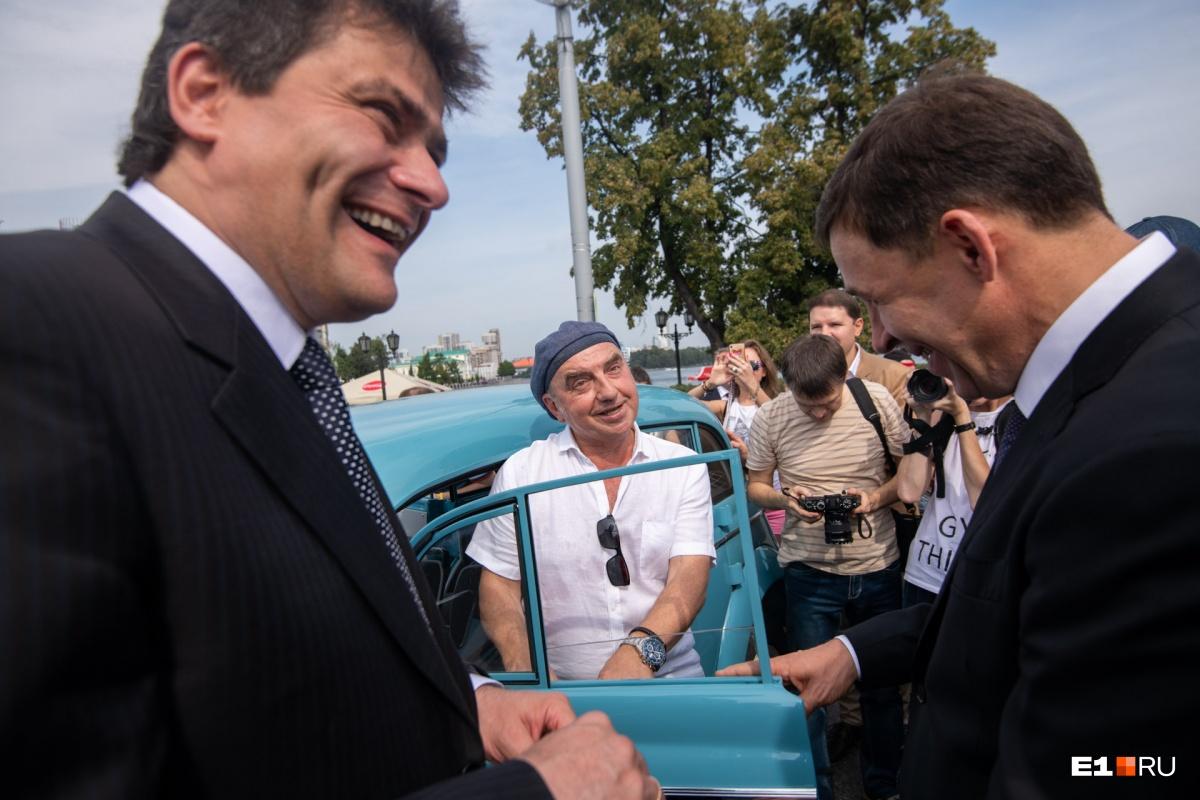 Лидер группы «Чайф» Владимир Шахрин  показал свой ретроавтомобиль , на котором ездил еще его дед, и  дал порулить им мэру
