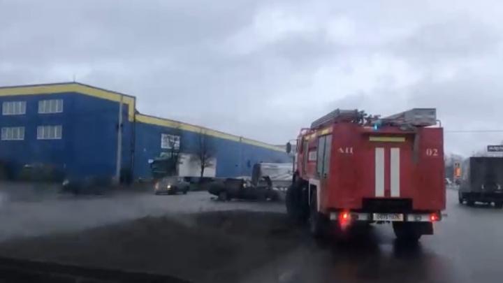 Молодой водитель на старой «пятёрке» снёс припаркованную «Газель». Видео