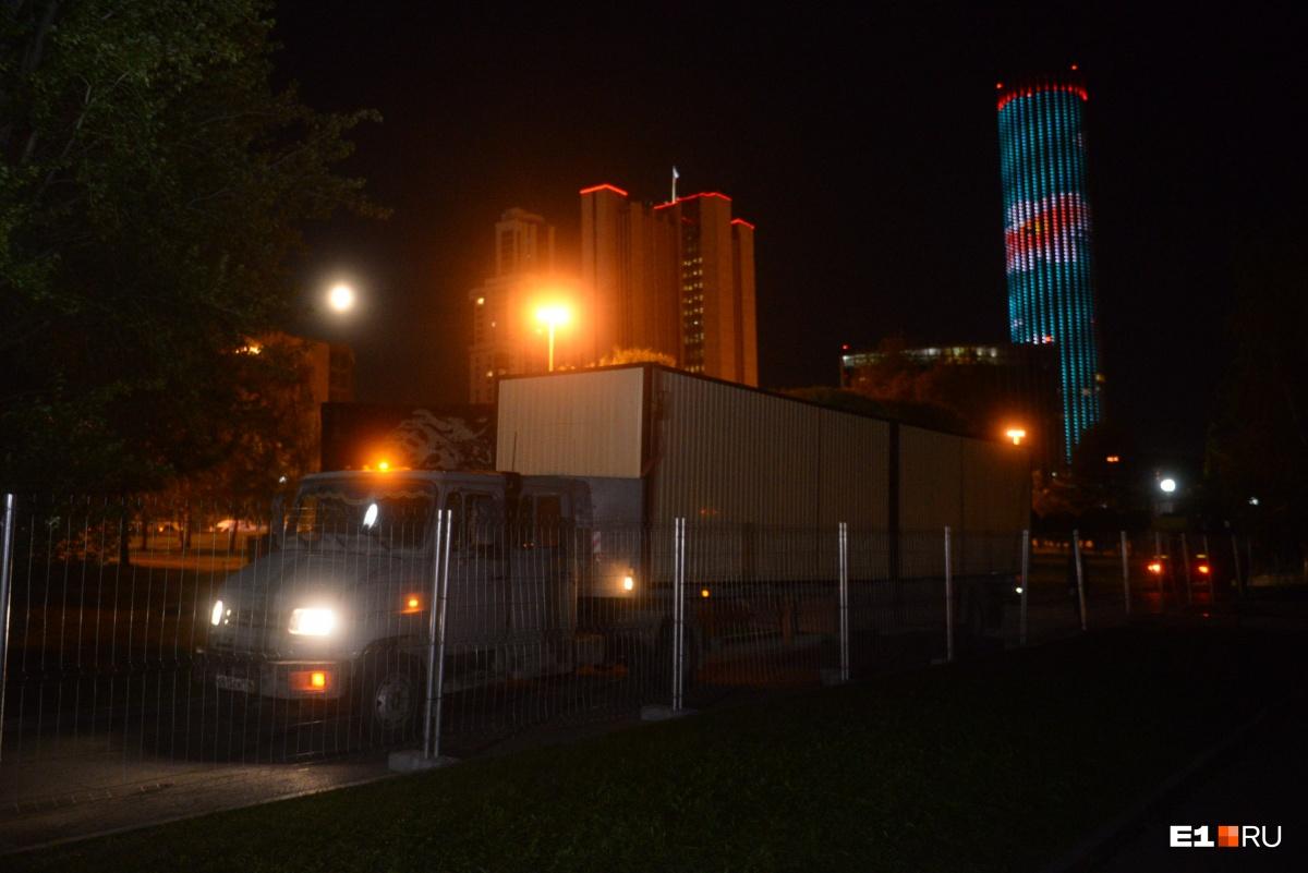 Когда всё улеглось, в сквер привезли строительные вагончики