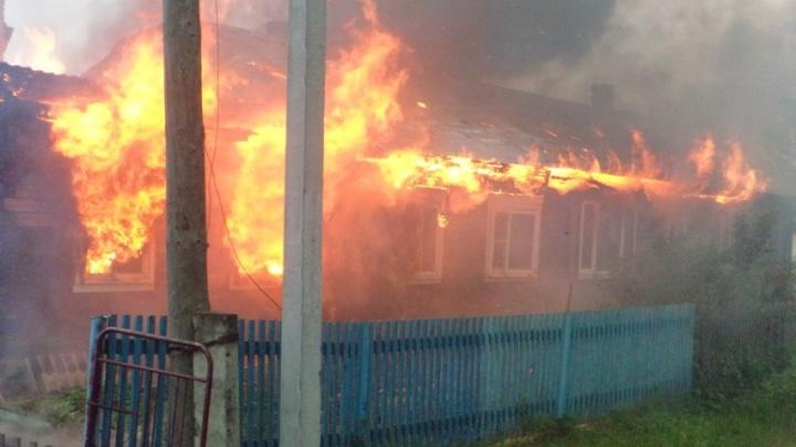 Из-за пожара в деревянном доме девять жителей Котласского района остались без жилья