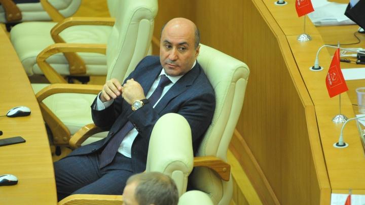 Суд пока оставил мандаты 10 свердловским депутатам, чьи жены отдыхали за счет бюджета