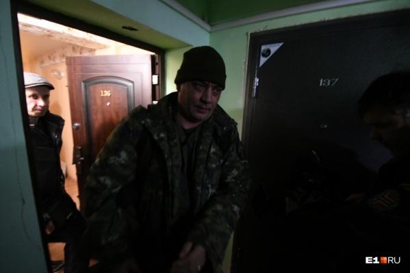 Криминалисты выходят из квартиры на Вторчермете, где мальчик жил с семьей