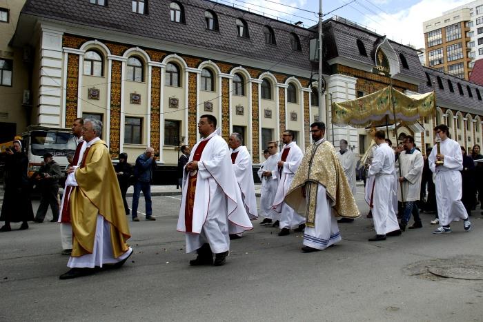 Процессия прошла вокруг квартала, где расположен католический собор