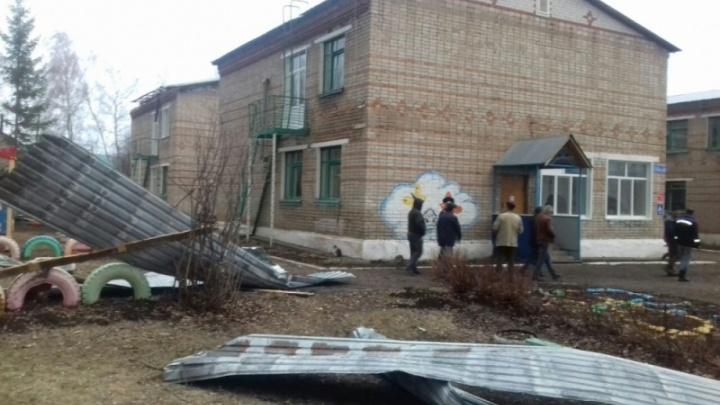 В Башкирии шквалистый ветер оставил без крыши детский сад