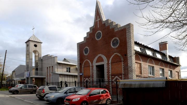 Коттедж с лифтом, церковь и многоквартирник: изучаем дома в Цыганском поселке, который хотят снести
