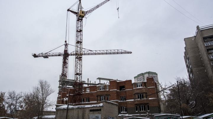 От ветра могут рухнуть: прокуроры нашли опасные башенные краны рядом с долгостроем в центре города