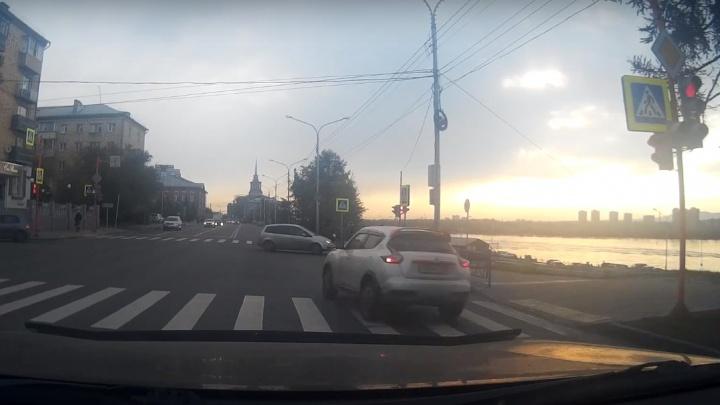 Дерзкий водитель проскочил на красный по Дубровинского