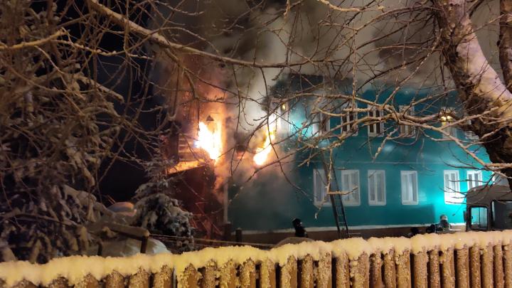 Ночью часть Ленинградского проспекта в Архангельске перекрыли из-за пожара в деревянном доме