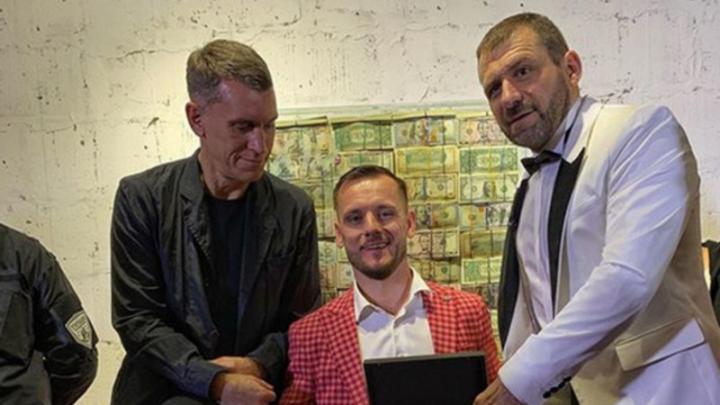 Миллиардер из Магнитогорска Игорь Рыбаков презентовал денежный трон, набитый миллионом долларов