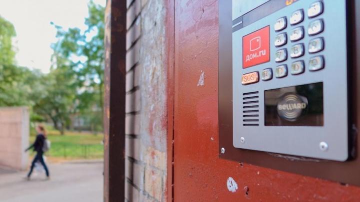 «Начали ломать двери»: в Челябинске умный домофон отказался пускать домой жителей многоэтажки