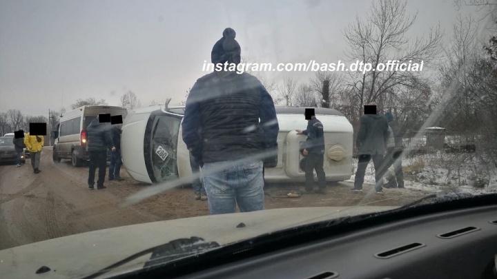 Под Уфой перевернулся пассажирский автобус, очевидец снял последствия аварии на видео