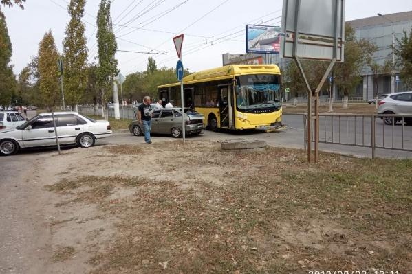 По предварительным данным, автобус подрезала отечественная легковушка