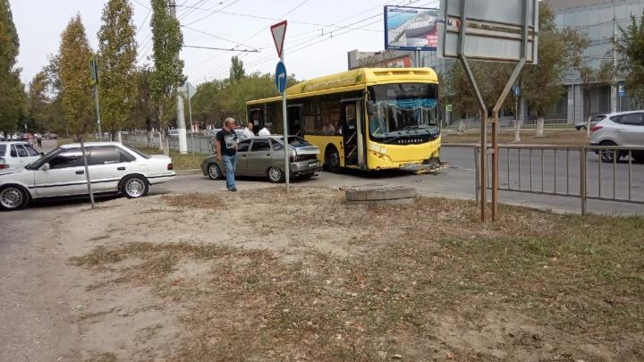 В Дзержинском районе «Лада» подрезала рейсовый «Волгабас»