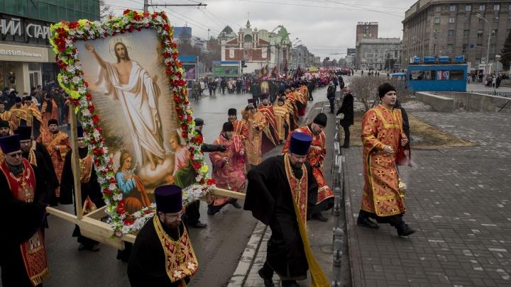 По Красному проспекту прошло шествие с иконами и шарами