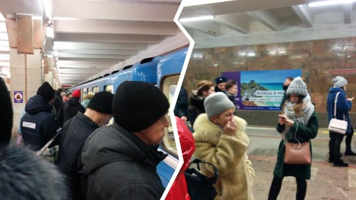На «Октябрьской»пассажир вышел из вагона метро и упал на рельсы