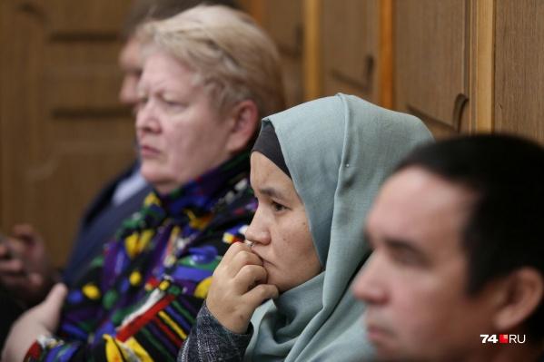 Поддержать Амира Гилязова в суд пришли правозащитница Валерия Приходкина (слева) и жена