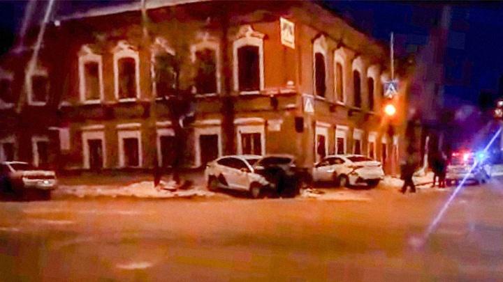 Три человека пострадали в столкновении двух машин «Яндекс.Такси» в центре Тюмени