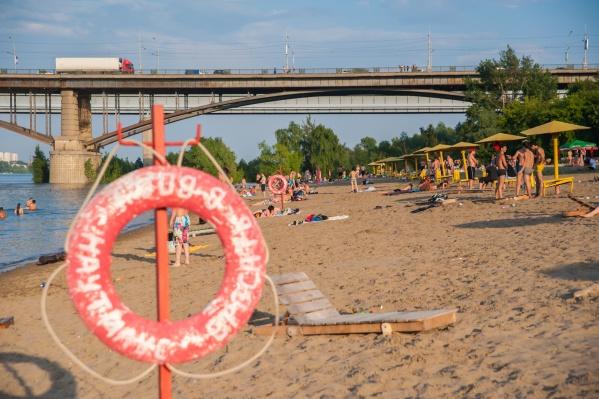 Опасное место огорожено от пляжа — это промежуток буквально в 50 метрах от Октябрьского моста