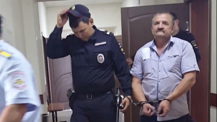 Мужчину осудили за переправку таджиков. Он показал средний палец правоохранителям после приговора