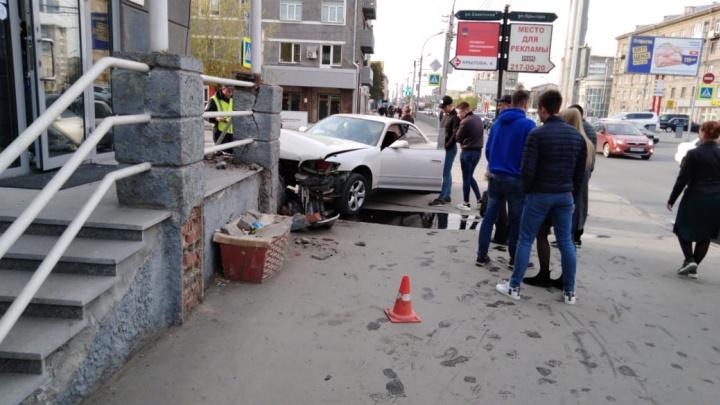Иномарка вылетела на тротуари сбила женщину на Красном проспекте