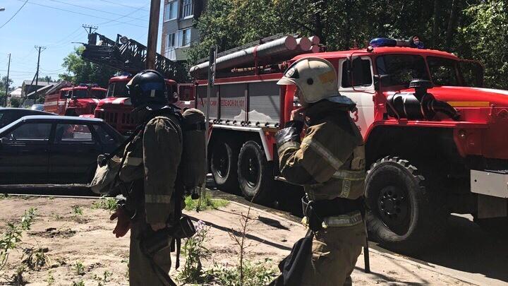 Выбили стекла на лоджии, чтобы спастись: в высотке на Карла Маркса горела квартира