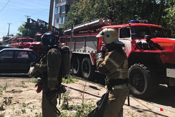 Несколько пожарных спецмашин с автолестницами приехали на помощь жителям многоэтажки