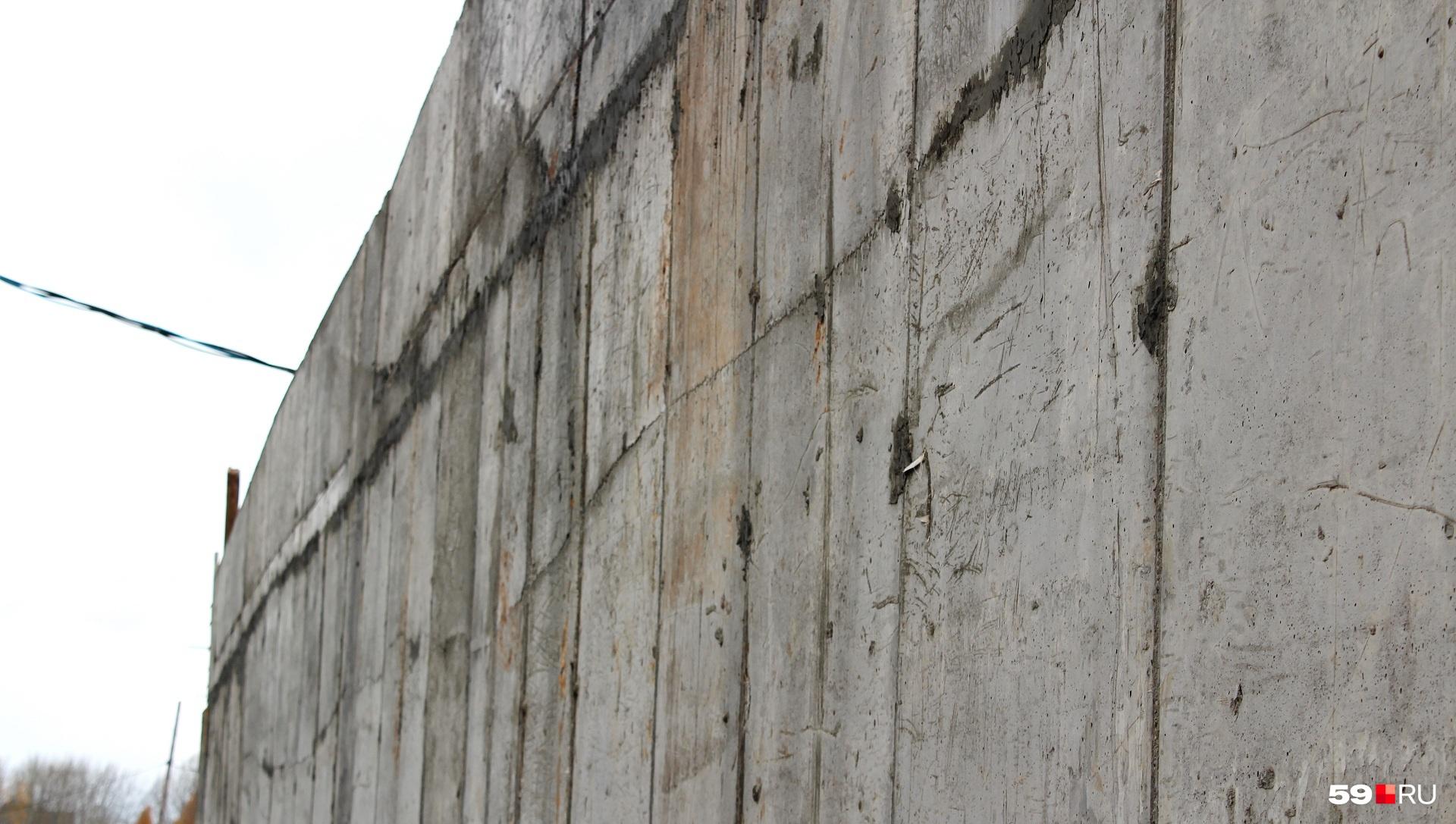 Кое-где они замазаны бетоном