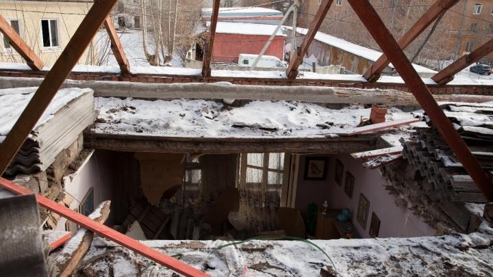 Рабочих, которые делали капремонт в доме на Уралмаше, где рухнула крыша, вызовут на допрос