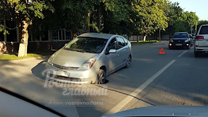 В Ростове под автомобилем провалились асфальт и люк