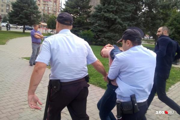 Задержание координатора ростовского штаба Навального Сергея Гривко во время митинга<br>