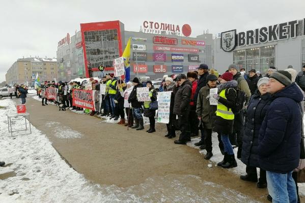 50 человек стояли с плакатами, многие пришли просто поддержать пикетирующих