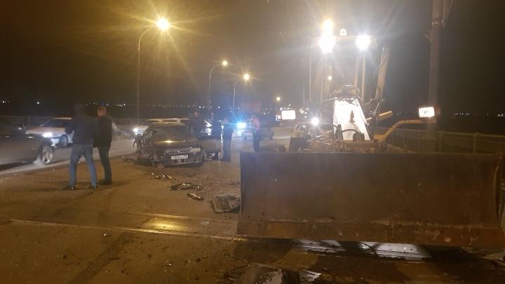 На Ленинградском мосту «Тойота Чайзер» разбилась о грейдер, ехавший против движения (обновлено)