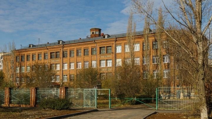 «Охрана ответственности не несёт»: у школы Волгограда каждое утро родители и дети мёрзнут на улице