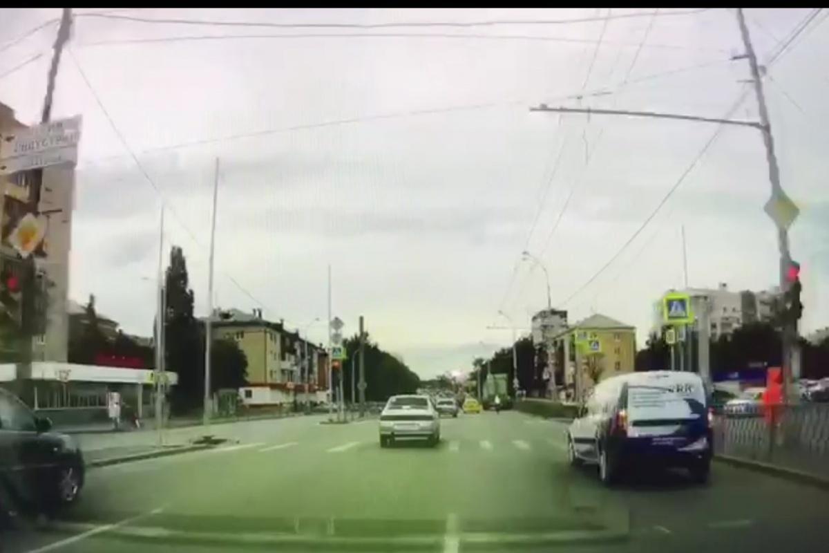 Момент проезда стоп-линии: на светофоре уже красный. Автор резко перестраивается влево, огибая Largus