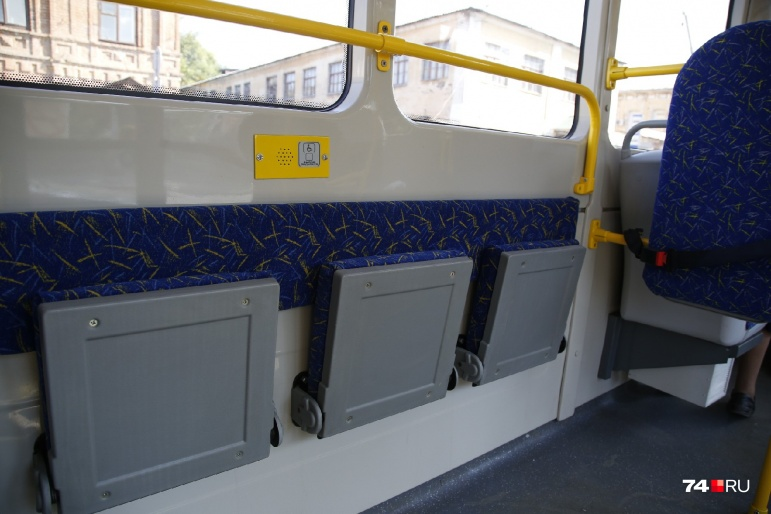 В салоне установлены откидные сиденья и кнопка для вызова водителя