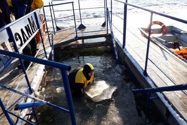 Спасатели заранее проверяют дно водоема и готовят его для желающих окунуться