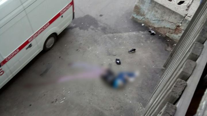 «У подъезда осталась лужа крови»: в Самаре пьяный мужчина вывалился из окна