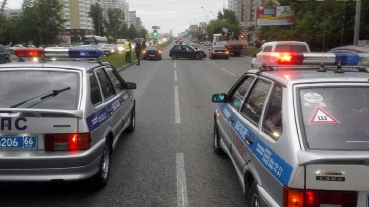 На улице Токарей девушка за рулём Honda устроила ДТП с пятью машинами