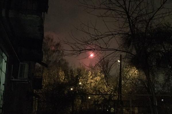 Мужчина успел заснять два странных огонька в небе