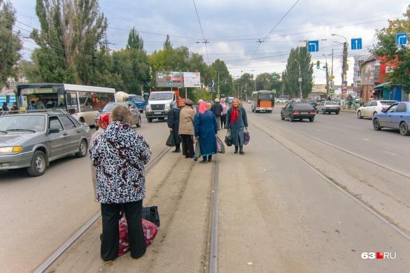 Пешеходы нарушают ПДД, выходя на дорогу до приезда трамвая